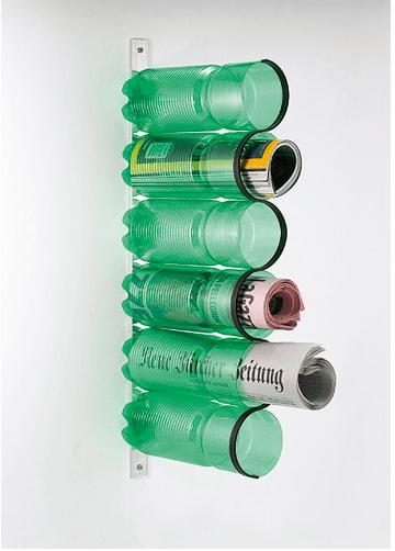 Il portariviste fatto di bottiglie di color verde montate su di una